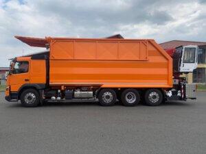Baumpflege / Muldenfahrzeuge Volvo Seitenansicht orange