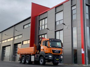 LKW Pavic - Kran Kipper Fahrzeuge - Mercedes orange Gebäude